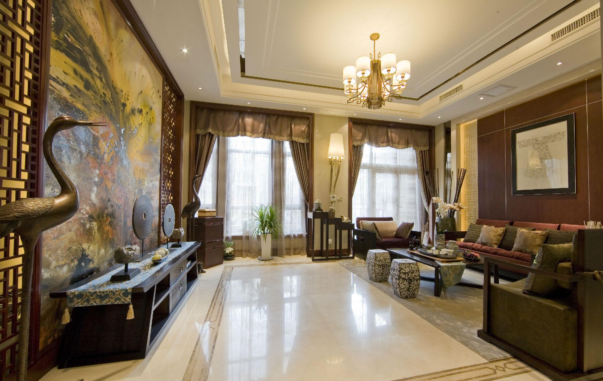 时尚中式风格客厅 大理石的地板,在灯光的照耀下,使得屋内看起来亮了许多。沙发对面的背景墙,是一整幅中国式的古典花鸟图,这样无形中增加了古典的气息,屋顶上有着精致的吊灯,背景墙下面放的竟然不是电视,而是具有中国古典意义的装饰品,加上两个铜质的仙鹤,一切都无可挑剔。