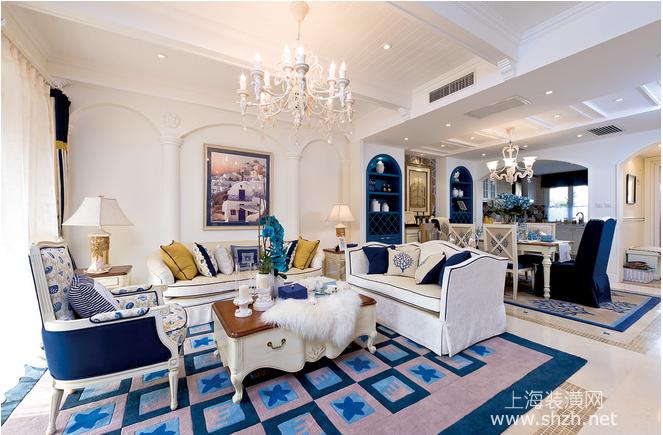 浪漫典雅,蓝白色调的欧式沙发带来浓浓的地中海气息,而拱形门的墙面