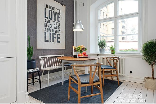 厨房的侧边位置即使主人的小餐厅,金属外形的餐厅灯正对下方的圆形餐桌,为空间多了几分质感,圆形的木质小餐桌上,放置美丽的绿植花卉和色泽艳丽的水果,让人一眼望去,心情就便得十分愉悦。同时,在餐厅设计上,设计师采用了类似于卡座的设计,在餐桌的靠墙的位置增加了一把长长的白色座椅,同时在背景墙的装饰上,也以简单大气为主,一幅简单的装饰画幅便是全部。为了改善脚感,同时避免地面油污聚集,给主人清理地板带来不便,设计师特意在地面上增加了一方黑色的地毯。 卫浴间