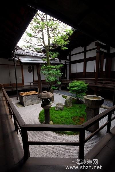 正中间的庭院,您可以在周边的建筑元素中多加入木质