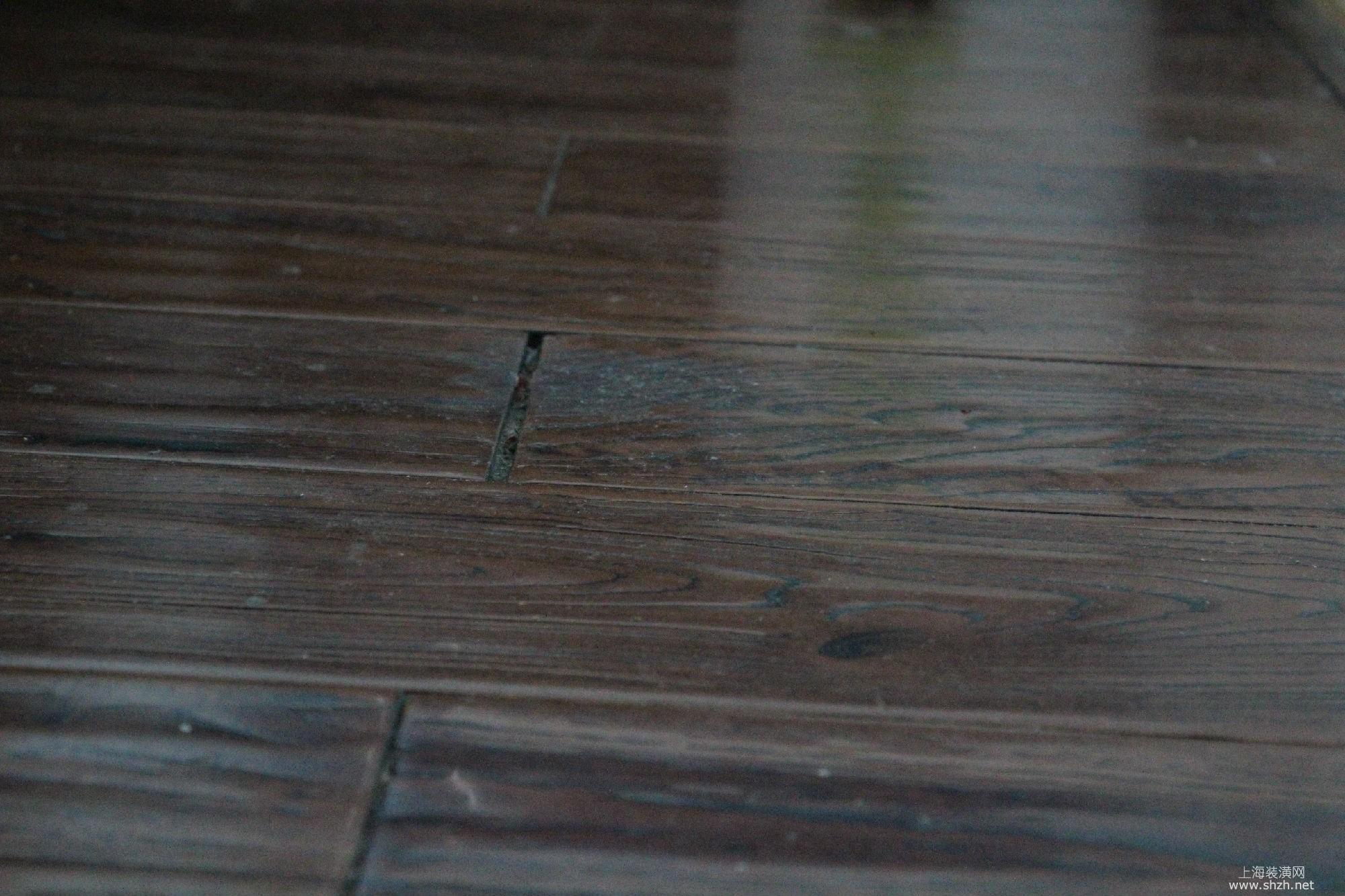卧室地面木地板铺设外观不美观,木板间缝隙有大有小,脏