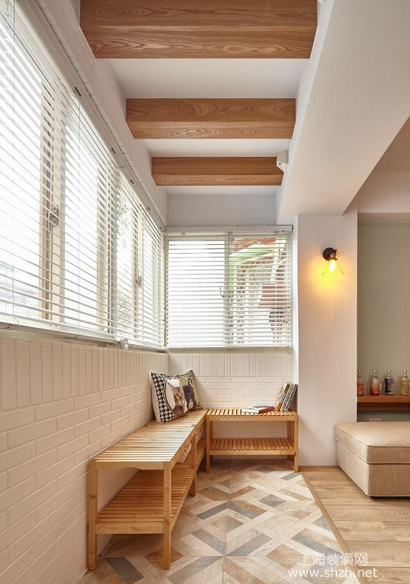 北欧风格装修设计开放阳台空间的设计方案 复合式空间机能的强化运用 餐橱区亦做调整,原本封闭式的厨房,因为女主人爱好烹饪,设计师因而将厨房改成开放式,于是客厅、餐厅、厨房合而为一,无形中令整体空间产生放大效果,餐橱区旁是一间复合式机能房,设计师特别将原始隔间墙移除改为玻璃折迭门,让户外光线透入,于是连带整个餐橱区也亮了起来,房间兼具书房与客房的用途,平日在这里阅览书籍或上网,若有亲朋好友拜访,只要放上一张充气床垫,立刻就能躺下休息,大幅提升空间利用效率。