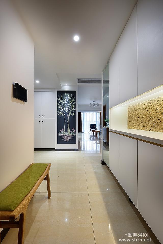 ▼入户大门正对的墙面则设计成一面黑板墙,内嵌的造型四周刷白漆包边