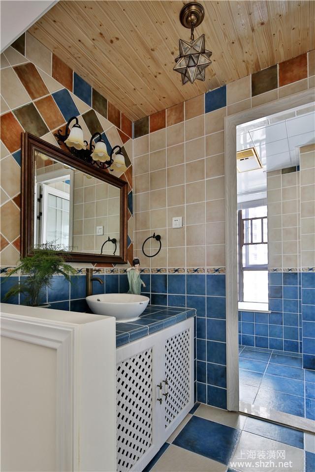 两个卫生间设计,其中公共卫生间洗面台部分单独独立了出来,蓝色的
