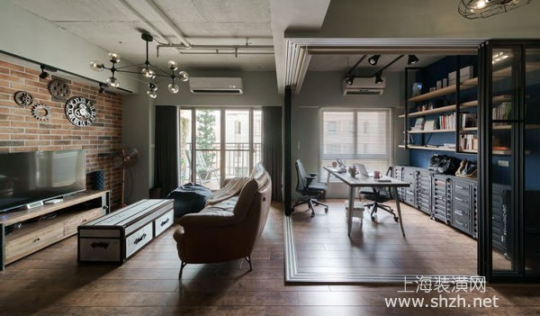 老房翻新改造案例一、loft风格房屋装修开阔你的视野,格局灵巧变换。 该老房翻新案例中,设计师通过使用红砖、铁件、木质等元素,营造独特的Loft风情,并搭配复古皮沙发,调和成风格十足的居家视野,同时配置一整排柜体,巧思融入谷仓门语汇,在网罗收纳机能之余,亦开启趣味的怀旧趣味,大面积的窗面则导入户外风情,于阳台铺设木地板,将采光、绿景一併吸纳入室,完美消弭室内及户外距离。