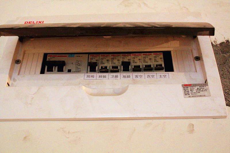 电路中强电箱配置也很重要,配电箱高度便于操作,里面分设漏电断路器,漏电动作电流应不大于30mA,有过负荷、过电压保护作用。空调、照明、插座分路控制,一般至少四路。徐先生家照明走一路、空调走三路、插座走三路都是可以的。监理师说这样做的好处是,一旦某一线路发生短路时或其他问题,停电范围小,不会影响其他几路正常使用。监理用摇表测试后,数据合理。例如,导线间和导线对地面的绝缘电阻值大于0.