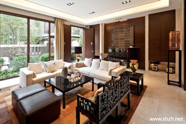浏览数: 96 中式别墅的客厅里以布艺沙发为主,少量的价格不菲红木椅