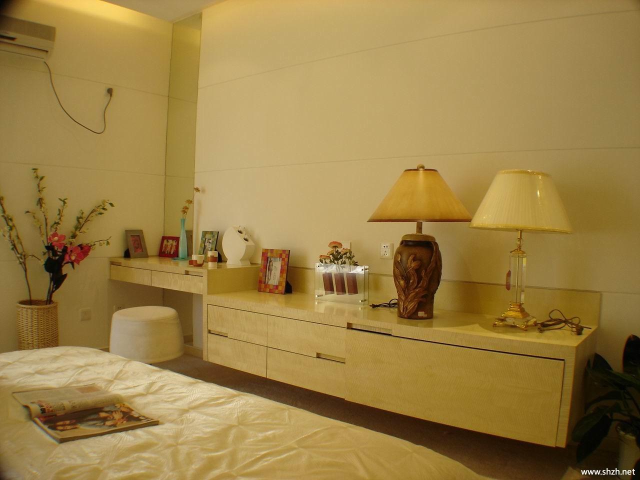 暖色现代卧室梳妆台