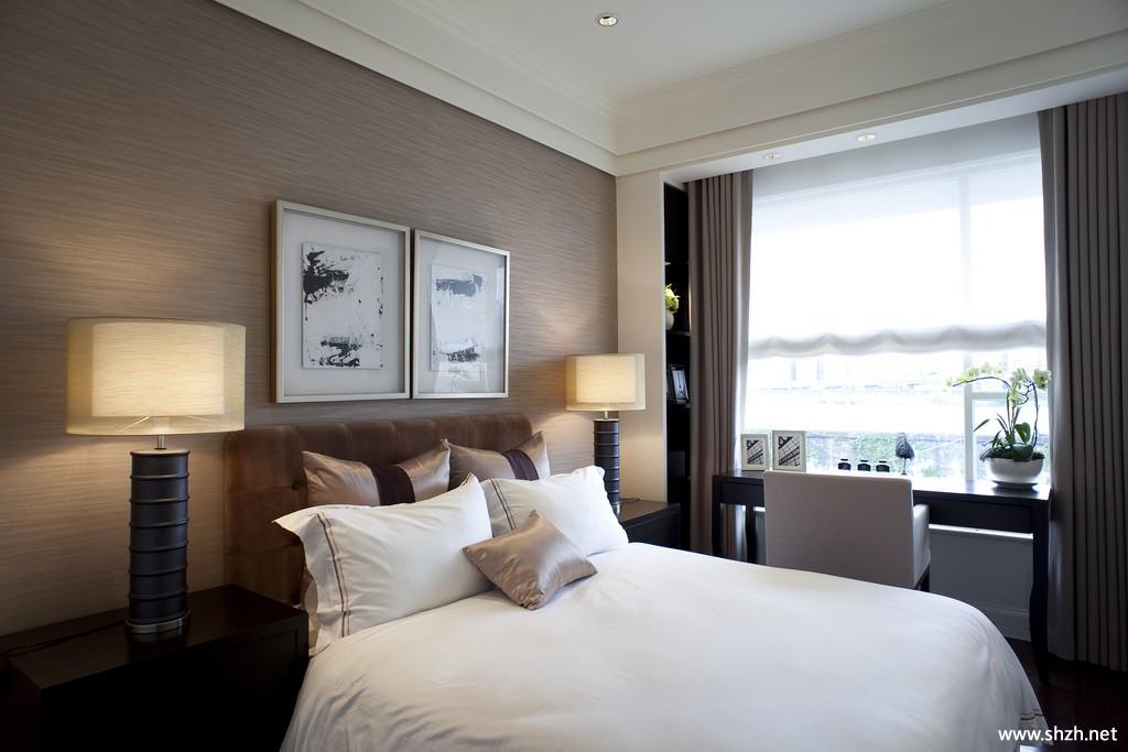 现代简约欧式卧室装饰画床装饰摆件实景图