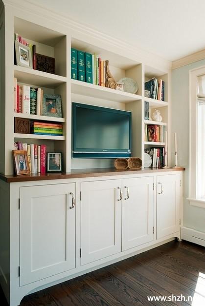 这个电视柜无论放在客厅中还是书房中都非常漂亮,上面的博古架书柜