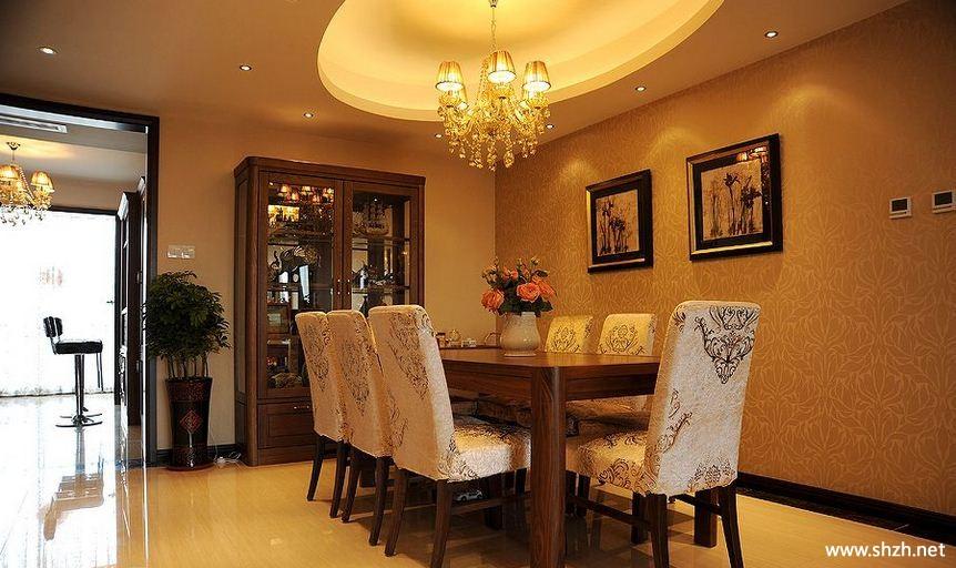 椭圆的吊顶设计,柔和的灯光成为了餐厅的点睛之笔.