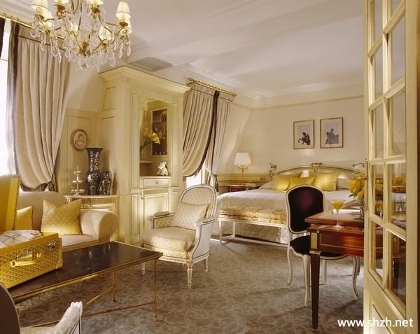 欧式卧室灯具装饰画床地毯实景图