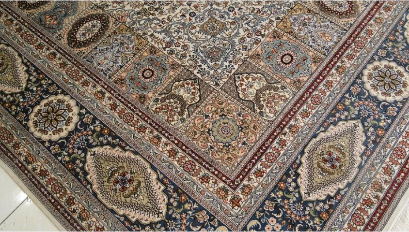 温馨提示: 手工毯的保养和清洗 The Maintenance and Cleaning of Silk Carpet 为确保丝毯历久常新,我们建议您在日常使用丝毯中注意以下几点: To retain your carpets good appearance and prolong its life, we suggest you follow these basic suggesti: 1.铺毯Placing the silk carpet 可以选一块衬垫铺在真丝地毯下,这样能使真丝地毯尤其高密度真丝地