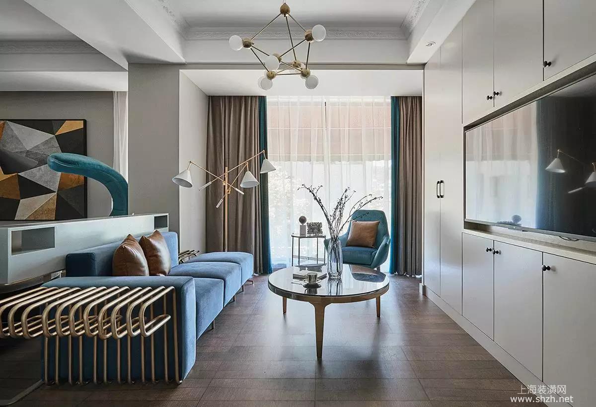 别出心裁的沙发设计,电视背景墙实质是储藏柜,柜门板做为被景白色免漆
